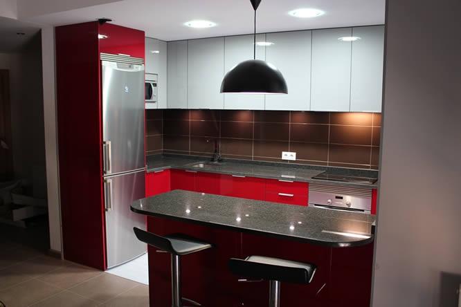 Diseño de cocinas en Getafe rey rojo con gris clarito granito negro