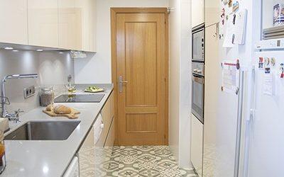 Cocina moderna estrecha en blanco roto