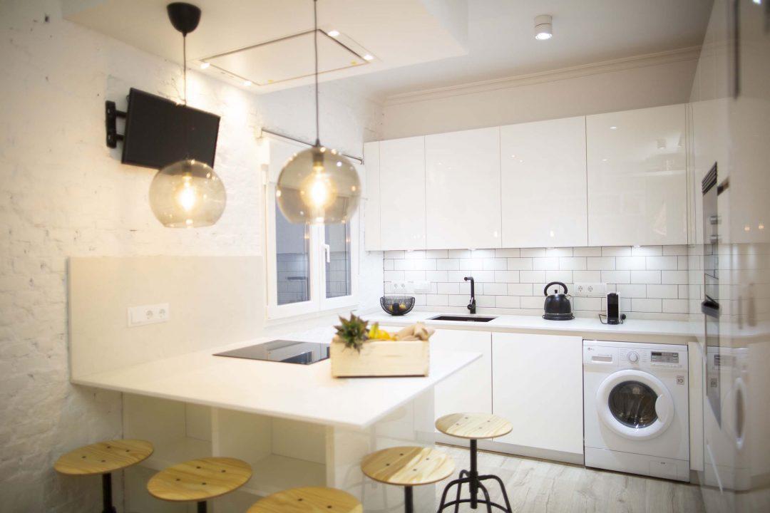 Cocina moderna blanca en alto brillo