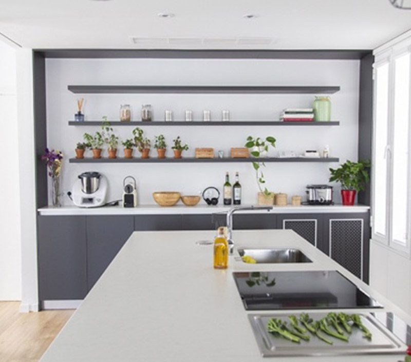 Cocina moderna con isla gigante y muebles de color antracita