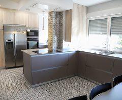 Cocina abierta al salón con península en San Fernando de Henares ¡Súper luminosa y súper espaciosa!