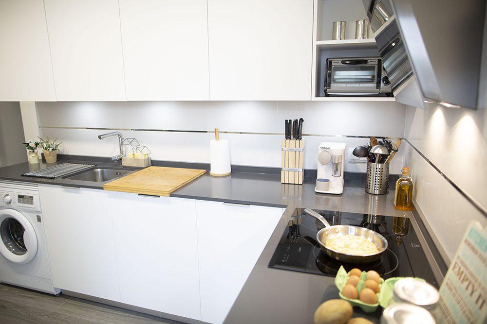 ¡Cocina moderna, pequeña y blanca!