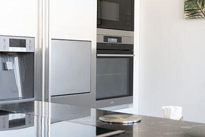 Cocina blanca con isla y encimera de granito l nea 3 cocinas - Linea 3 cocinas ...