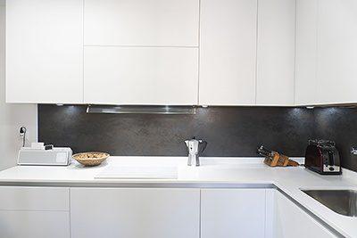 Cocina Total White con frontal negro