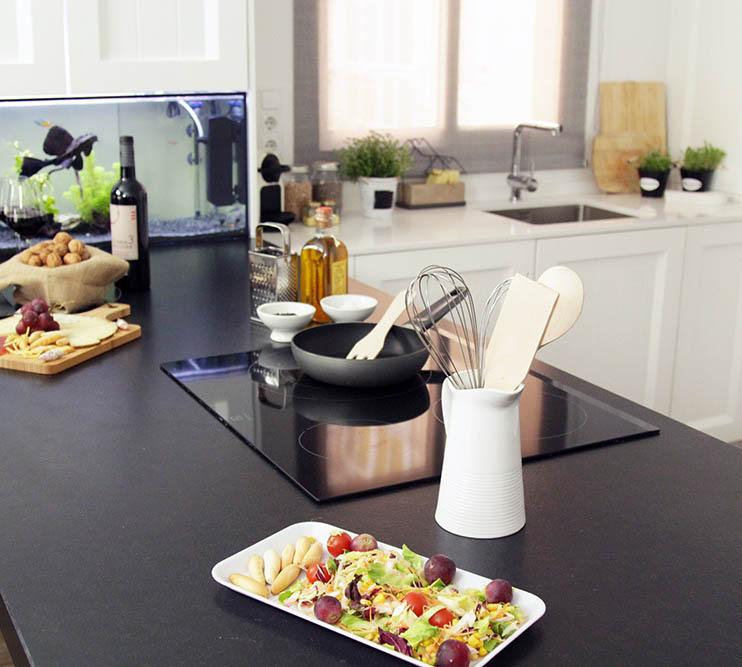 ¡Cocina moderna, diferentes alturas de encimera y un acuario!