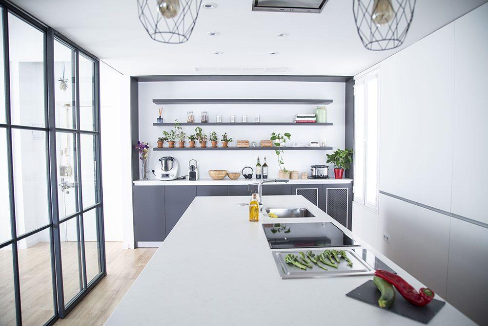 Cocina moderna con isla gigante y muebles color antracita