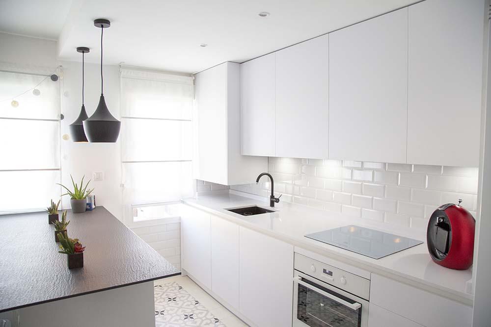 Cocina moderna, blanca y abierta al salón
