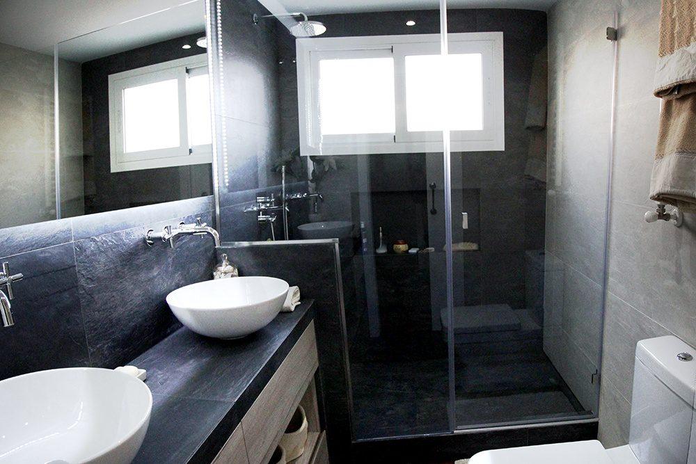 Como usar colores oscuros en tu baño