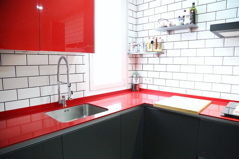 Cocina con la encimera roja