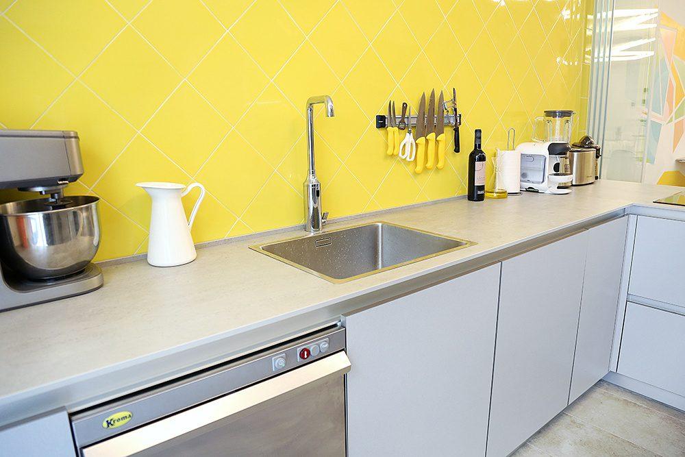 Cocina gris y amarilla para el espacio gastronómico Convite