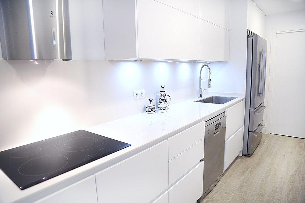 Solución de diseño de cocina para espacios estrechos y ...