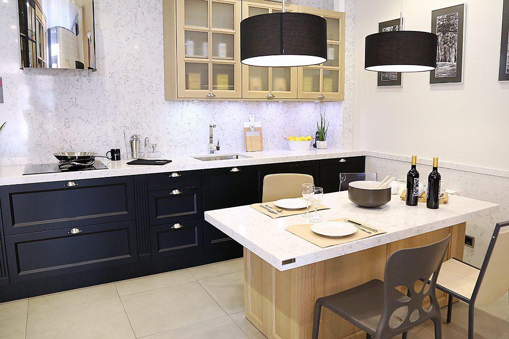 Cocina con dos tipos de mueble en negro y madera y encimera ...