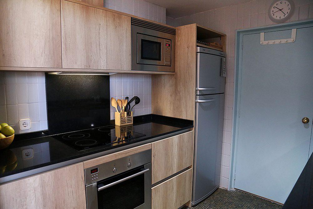 Cocina con laminado imitación a madera en el edificio