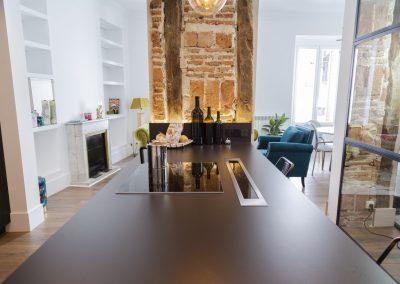 Cocina_negra_puente_encimera_neolith_1