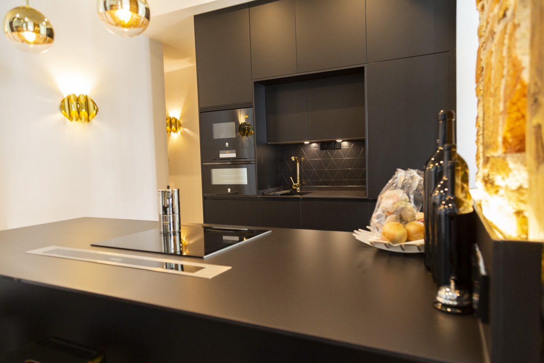 Cocina negra abierta al salón