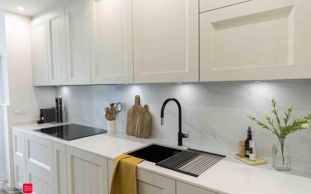 Cocina blanca y moderna con encimera Calacatta