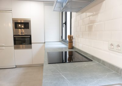 cocina_blanca_pared_cristal_neolith_zahastone_-4