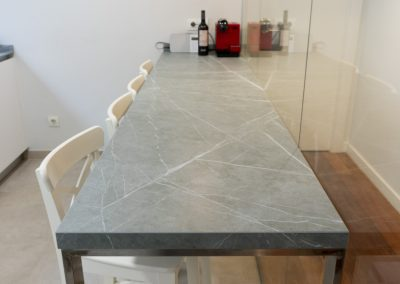 cocina_blanca_pared_cristal_neolith_zahastone_