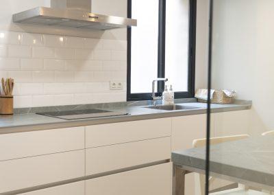 cocina_blanca_pared_cristal_neolith_zahastone_-8