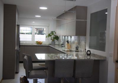 cocina_moderna_abierta_encimera_granito_4