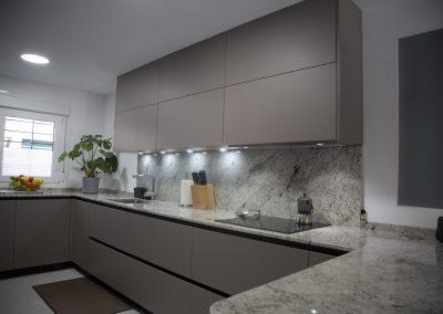 cocina_moderna_abierta_encimera_granito_8