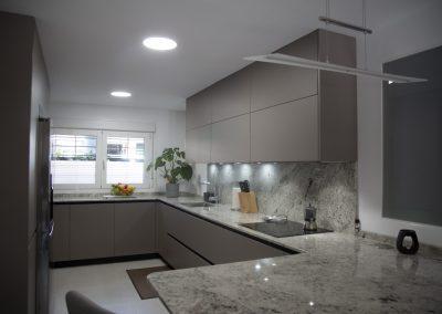 cocina_moderna_abierta_encimera_granito_peninsula