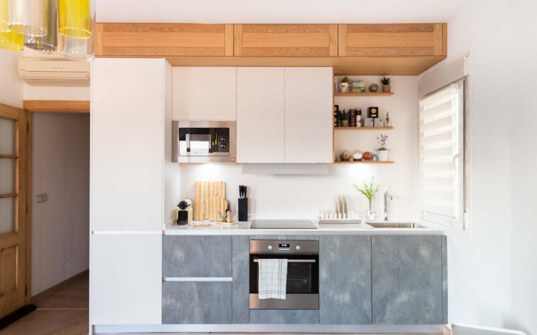 Cocina abierta al salón en un solo frente