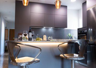 linea3cocinas_cocina_moderna_abierta_salon_antracita_encimera_granito_-3