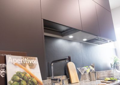 linea3cocinas_cocina_moderna_abierta_salon_antracita_encimera_granito_-8