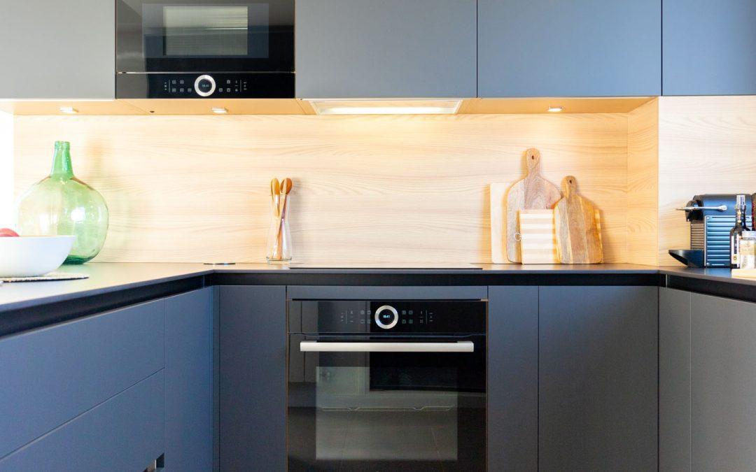 Cocina abierta al salón con península y madera