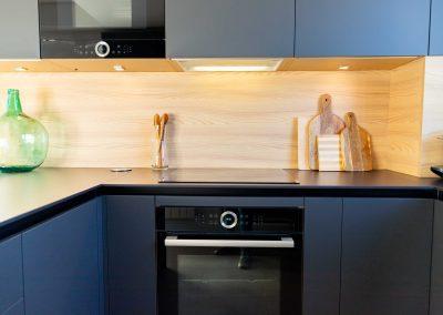 linea3cocinas_cocina_moderna_abierta_salon_madera_16