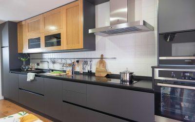 Cocina moderna en tonos oscuros y madera