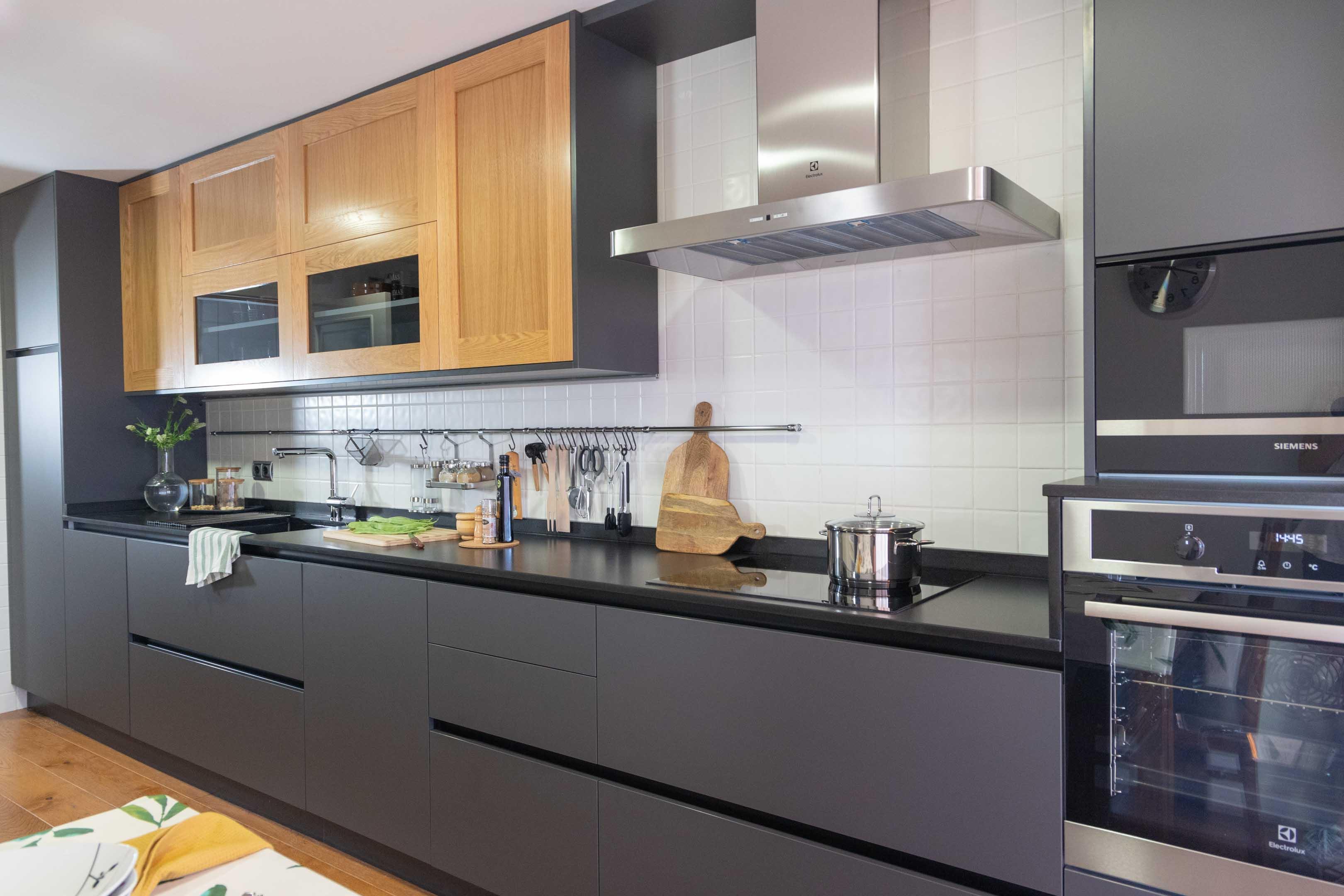 Cocina moderna con tonos oscuros y madera