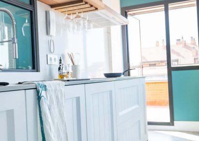 cocina_blanca_abierta_cerrajeria_madera_joven_4