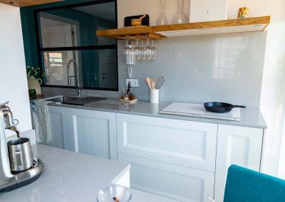 cocina_blanca_abierta_cerrajeria_madera_joven_6