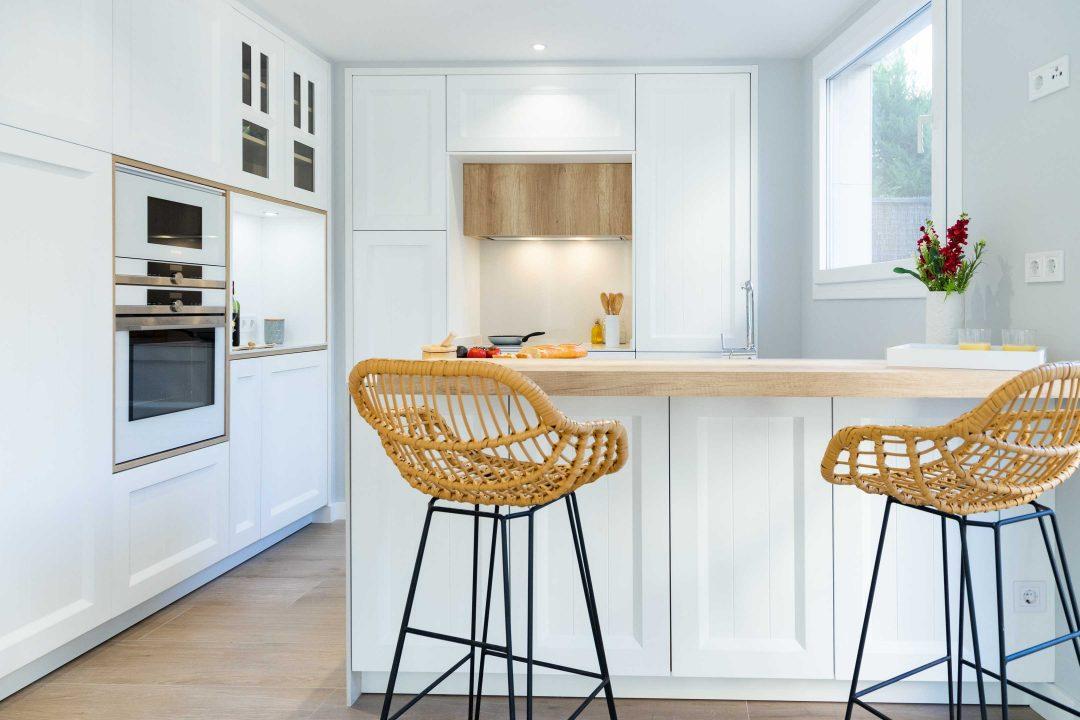 gabinetes de cocina blancos con una isla azul Proyectos Realizados Lnea 3 Cocinas