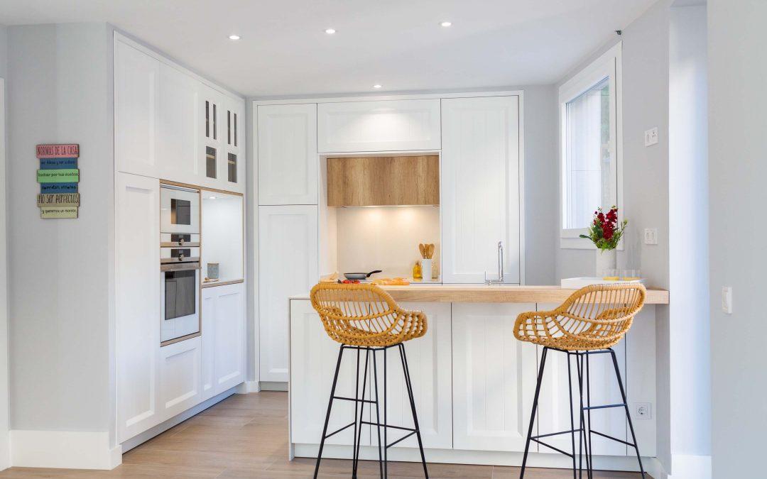 Cocina de diseño blanca y abierta al salón