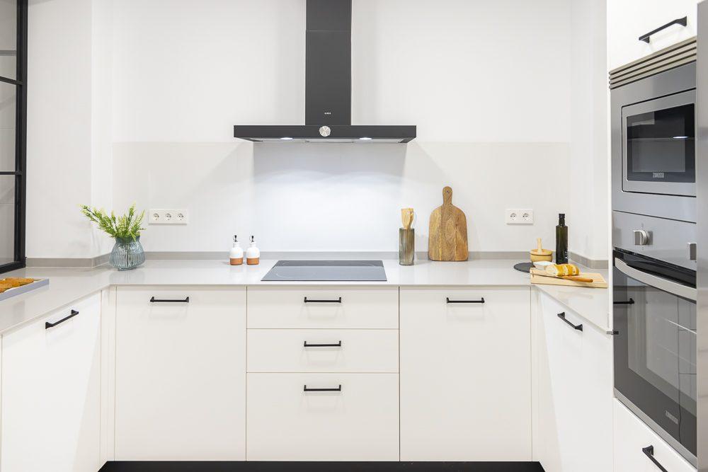 Cocina blanca moderna con cerrajería