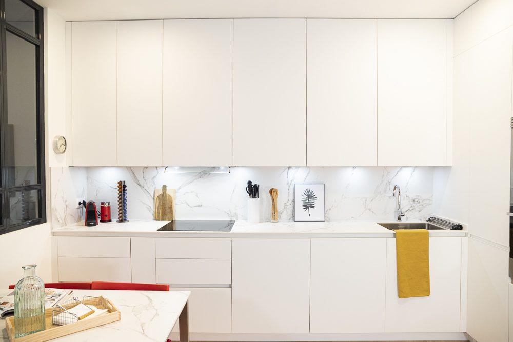 Cocina blanca con encimera Dekton Aura