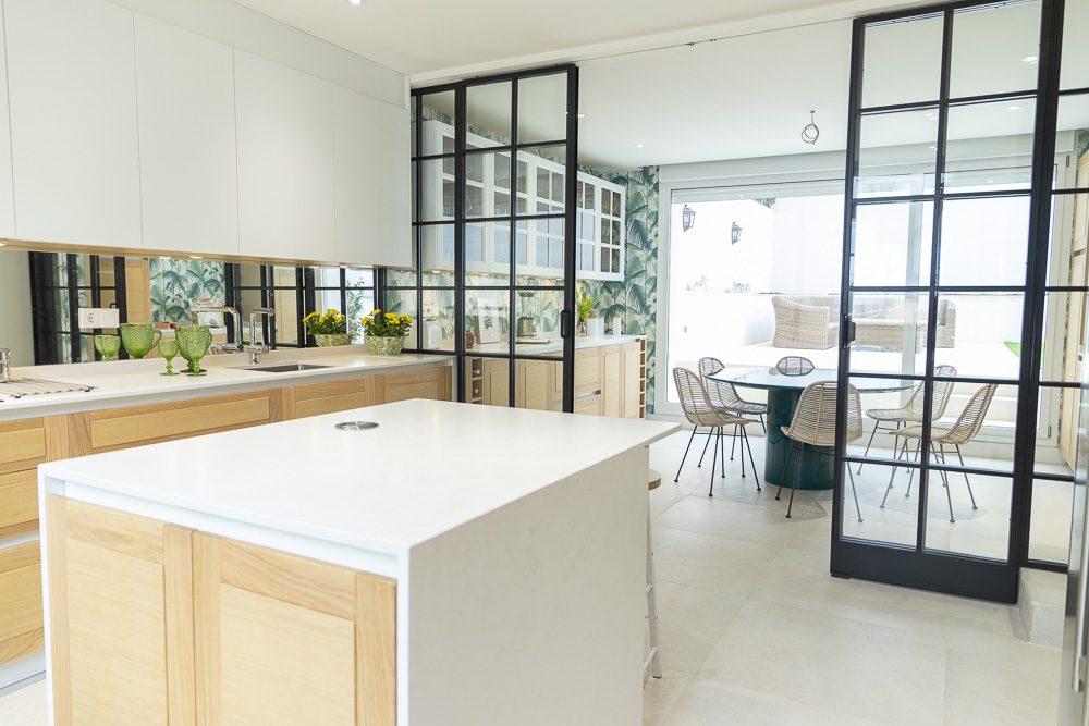 Cocina moderna y grande con cerrajería
