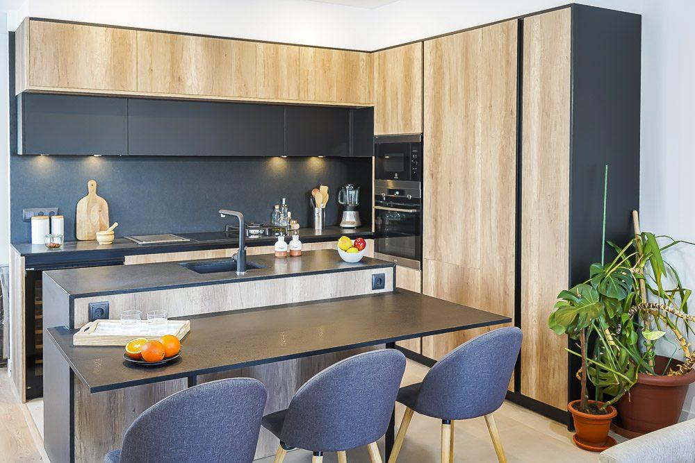 Cocina de madera y negro con isla