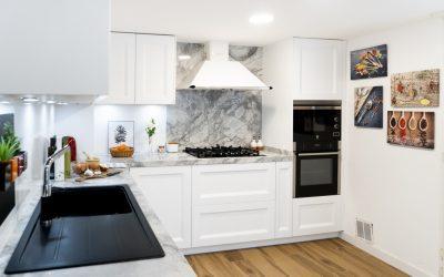 Cocina blanca con encimera Portobello