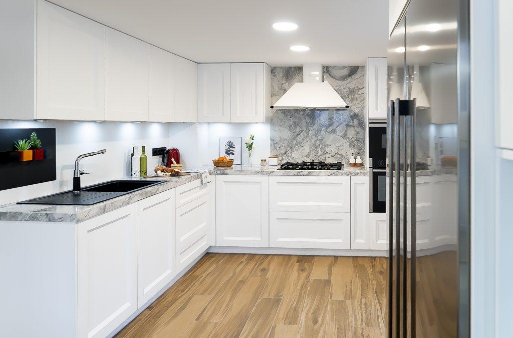 Cocina blanca barquillo con encimera Portobello