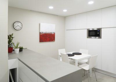 Cocina blanca con peninsula-3