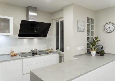 Cocina blanca con peninsula-8