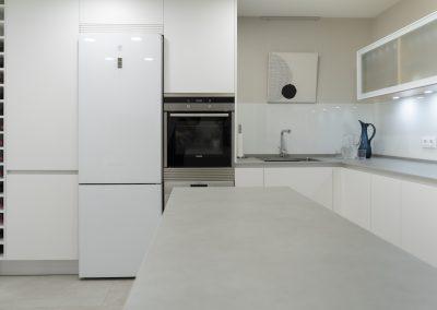 Cocina blanca con peninsula-9