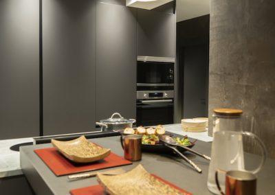 Cocina oscura con mesa regruesada-10