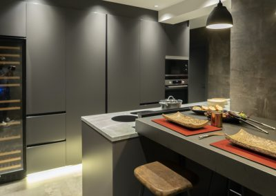 Cocina oscura con mesa regruesada-14