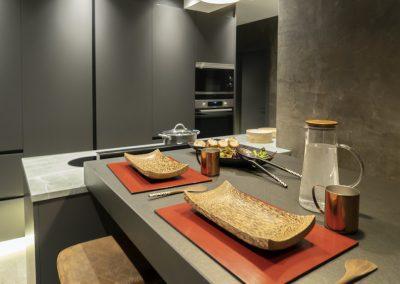 Cocina oscura con mesa regruesada-15