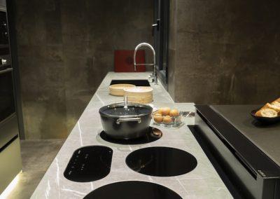 Cocina oscura con mesa regruesada-16